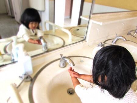 手洗いする子供
