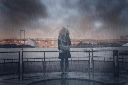 雨にたたずむ女性