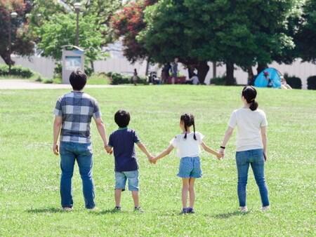 公園で仲良し家族