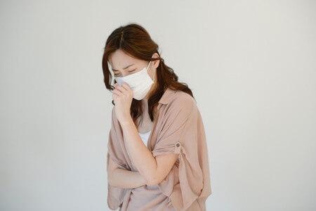 咳こむ女性
