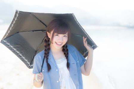 傘をする女の子