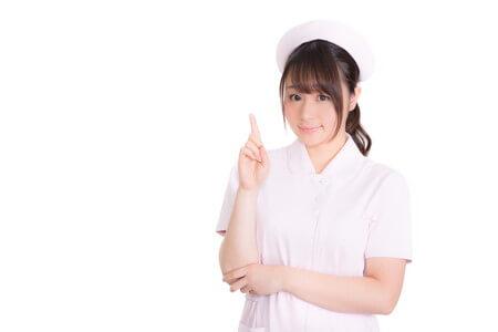 説明する看護師