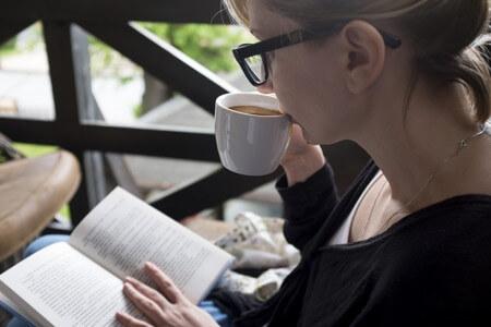 コーヒーを飲んでくつろぐ女性
